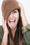 Νέο πρόσωπο χαμόγελου γυναικών με το καφετί καπέλο Στοκ Φωτογραφία