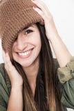 Νέο πρόσωπο χαμόγελου γυναικών με το καφετί καπέλο Στοκ Φωτογραφίες