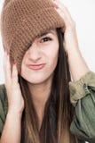 Νέο πρόσωπο χαμόγελου γυναικών με το καφετί καπέλο Στοκ εικόνες με δικαίωμα ελεύθερης χρήσης