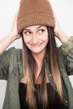 Νέο πρόσωπο χαμόγελου γυναικών με το καφετί καπέλο Στοκ φωτογραφία με δικαίωμα ελεύθερης χρήσης