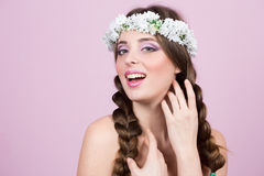 Νέο πρότυπο με τα φωτεινά λουλούδια στο κεφάλι της στοκ φωτογραφία