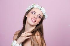 Νέο πρότυπο με τα φωτεινά λουλούδια στο κεφάλι της στοκ φωτογραφίες