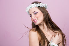 Νέο πρότυπο με τα φωτεινά λουλούδια στο κεφάλι της στοκ εικόνα με δικαίωμα ελεύθερης χρήσης