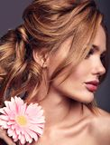 Νέο πρότυπο με το φυσικό makeup και το τέλειο δέρμα Στοκ φωτογραφίες με δικαίωμα ελεύθερης χρήσης