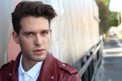 Νέο πρότυπο πορτρέτο ατόμων μόδας τύπος όμορφος Εικόνα ύφους μόδας του κομψού νεαρού άνδρα hairstyle διάστημα αντιγράφων Στοκ Εικόνα