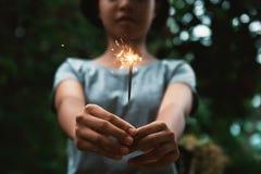 νέο πυροτέχνημα κεριών εκμετάλλευσης γυναικών Στοκ φωτογραφία με δικαίωμα ελεύθερης χρήσης