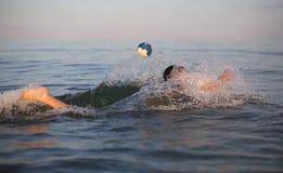 Νέο πόλο νερού παιχνιδιών αγοριών στη θάλασσα Στοκ εικόνα με δικαίωμα ελεύθερης χρήσης