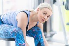 Νέο πόσιμο νερό γυναικών και λήψη ενός σπασίματος μετά από το workout στο γ στοκ φωτογραφίες