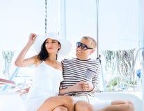 Νέο, πλούσιο και ελκυστικό ζεύγος σε μια πλέοντας βάρκα Στοκ φωτογραφία με δικαίωμα ελεύθερης χρήσης
