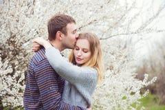 Νέο ρομαντικό ζεύγος που στέκεται μπροστά από τη θαυμάσια άνθιση TR Στοκ Εικόνες