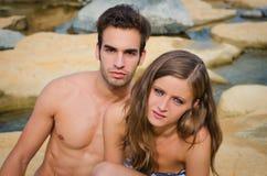 Νέο ρομαντικό ζεύγος στο μαγιό στους βράχους στοκ φωτογραφία με δικαίωμα ελεύθερης χρήσης