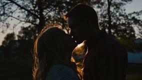 Νέο ρομαντικό πρώτο φιλί ζευγών απόθεμα βίντεο