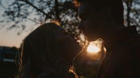 Νέο ρομαντικό πρώτο φιλί ζευγών φιλμ μικρού μήκους