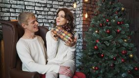 Νέο ρομαντικό χαριτωμένο ζεύγος που μένει στο σπίτι και που απολαμβάνει το χρόνο από κοινού απόθεμα βίντεο