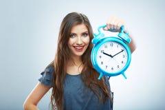 Νέο ρολόι λαβής γυναικών χαμόγελου Όμορφο πορτρέτο κοριτσιών χαμόγελου Στοκ Εικόνες