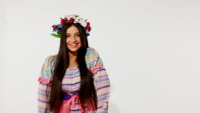 Νέο ρωσικό κορίτσι με τη γιρλάντα - εθνικός χορός φιλμ μικρού μήκους