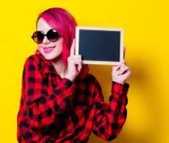 Νέο ρόδινο κορίτσι τρίχας στο κόκκινο πουκάμισο ταρτάν και πίνακας Στοκ εικόνα με δικαίωμα ελεύθερης χρήσης