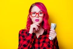 Νέο ρόδινο κορίτσι τρίχας στο κόκκινο πουκάμισο ταρτάν με τα χρήματα Στοκ εικόνα με δικαίωμα ελεύθερης χρήσης