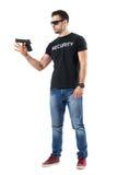Νέο σαφές περιστρεφόμενο πυροβόλο όπλο αστυνομικών ενδυμάτων στο δάχτυλο στοκ εικόνα με δικαίωμα ελεύθερης χρήσης