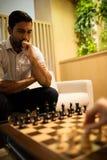Νέο σκάκι παιχνιδιού επιχειρηματιών με τη γυναίκα συνάδελφος Στοκ Εικόνα