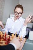 Νέο σκάκι παιχνιδιού επιχειρηματιών με τον επιχειρηματία Στοκ φωτογραφία με δικαίωμα ελεύθερης χρήσης