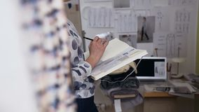 Νέο σκίτσο σχεδίων γυναικών σχεδιαστών μόδας των μοντέρνων ενδυμάτων φιλμ μικρού μήκους