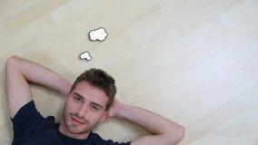 Νέο σκεπτόμενο άτομο που βρίσκεται στο πάτωμα απόθεμα βίντεο