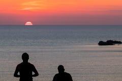 Νέο σκιαγραφημένο ζεύγος ηλιοβασίλεμα στοκ εικόνα