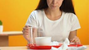 Νέο σκουπίζοντας στόμα γυναικών με την πετσέτα εγγράφου μετά από το μεσημεριανό γεύμα γρήγορου φαγητού, καλοί τρόποι φιλμ μικρού μήκους