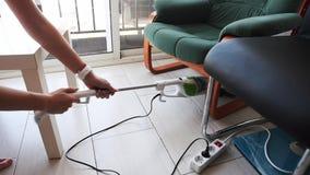 Νέο σκούπισμα με ηλεκτρική σκούπα νοικοκυρών στο δωμάτιο απόθεμα βίντεο