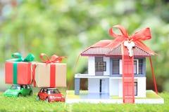 Νέο σπίτι δώρων και έννοια ακίνητων περιουσιών, πρότυπο σπίτι με το κόκκινο ribb στοκ φωτογραφία