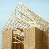 Στέγη που πλαισιώνει την κατοικημένη κατασκευή σπιτιών Στοκ Εικόνες