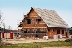 Νέο σπίτι κάτω από την κατασκευή, που χτίζει ένα ευρωπαϊκό σπίτι ύφους, ST στοκ φωτογραφία