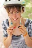 Νέο στερεώνοντας λουρί γυναικών του κράνους κύκλων Στοκ Εικόνες