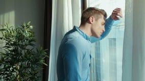 Νέο στοχαστικό άτομο που υπερασπίζεται ένα παράθυρο φιλμ μικρού μήκους