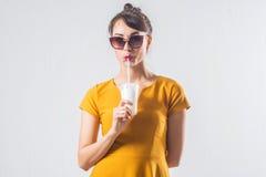 Νέο στούντιο κοκτέιλ κατανάλωσης brunette πρότυπο θέτοντας που πυροβολείται υπόβαθρο, που δεν απομονώνεται στο άσπρο στοκ εικόνες