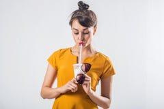 Νέο στούντιο κοκτέιλ κατανάλωσης brunette πρότυπο θέτοντας που πυροβολείται υπόβαθρο, που δεν απομονώνεται στο άσπρο στοκ φωτογραφία με δικαίωμα ελεύθερης χρήσης