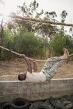 Νέο στρατιωτικό σχοινί άσκησης στρατιωτών που αναρριχείται κατά τη διάρκεια της σειράς μαθημάτων εμποδίων Στοκ Φωτογραφίες