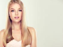 Νέο συμπαθητικό κορίτσι-πρότυπο με πανέμορφο, λαμπρός, ευθύς, ξανθά μαλλιά στοκ φωτογραφία με δικαίωμα ελεύθερης χρήσης