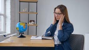 Νέο σχέδιο γραψίματος γυναικών του μελλοντικού ταξιδιού στο βιβλίο σημειώσεων απόθεμα βίντεο