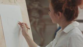 Νέο σχέδιο γυναικών στο μολύβι χρησιμοποιώντας easel και εξηγώντας τη διαδικασία Στοκ Φωτογραφία
