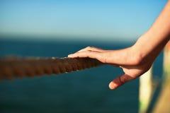 Νέο σχοινί εκμετάλλευσης χεριών γυναικών στη γέφυρα, οριζόντια Στοκ εικόνα με δικαίωμα ελεύθερης χρήσης