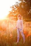 Νέο σύγχρονο κορίτσι στο ηλιοβασίλεμα υποβάθρου Στοκ Φωτογραφία