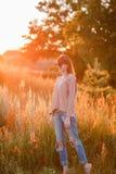 Νέο σύγχρονο κορίτσι στο ηλιοβασίλεμα υποβάθρου Στοκ φωτογραφίες με δικαίωμα ελεύθερης χρήσης