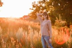 Νέο σύγχρονο κορίτσι στο ηλιοβασίλεμα υποβάθρου στοκ εικόνες
