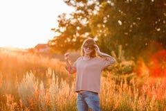 Νέο σύγχρονο κορίτσι στο ηλιοβασίλεμα υποβάθρου Στοκ φωτογραφία με δικαίωμα ελεύθερης χρήσης