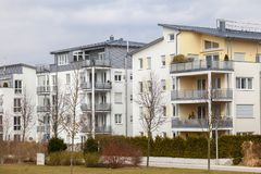 Νέο σύγχρονο κτήριο διαμερισμάτων Στοκ Εικόνα