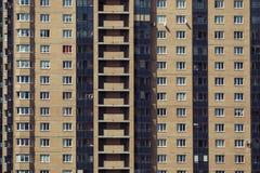 Νέο σύγχρονο κτήριο τούβλου με τα μπαλκόνια και τα παράθυρα στοκ εικόνες