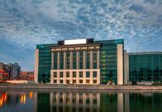 Νέο σύγχρονο να στηριχτεί της εθνικής βιβλιοθήκης του Βουκουρεστι'ου σε Splaiul Unirii στο ηλιοβασίλεμα Στοκ φωτογραφία με δικαίωμα ελεύθερης χρήσης