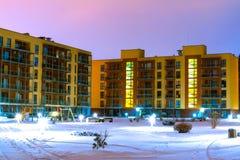 Νέο σύγχρονο συγκρότημα κατοικιών σε Vilnius, Λιθουανία, σύγχρονη χαμηλή ευρωπαϊκή πολυκατοικία ανόδου σύνθετη με τις υπαίθριες ε Στοκ Εικόνες